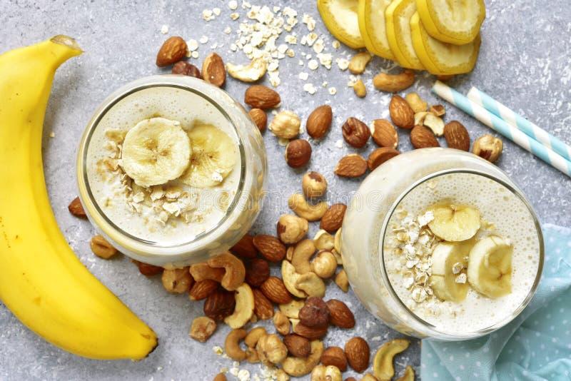Selbst gemachte Bananennuß Smoothies mit Bestandteilen für die Herstellung Spitze VI lizenzfreies stockbild