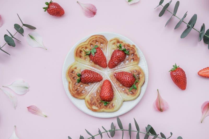 Selbst gemachte belgische Waffeln mit Erdbeeren und Kräutertee auf einem p stockfoto