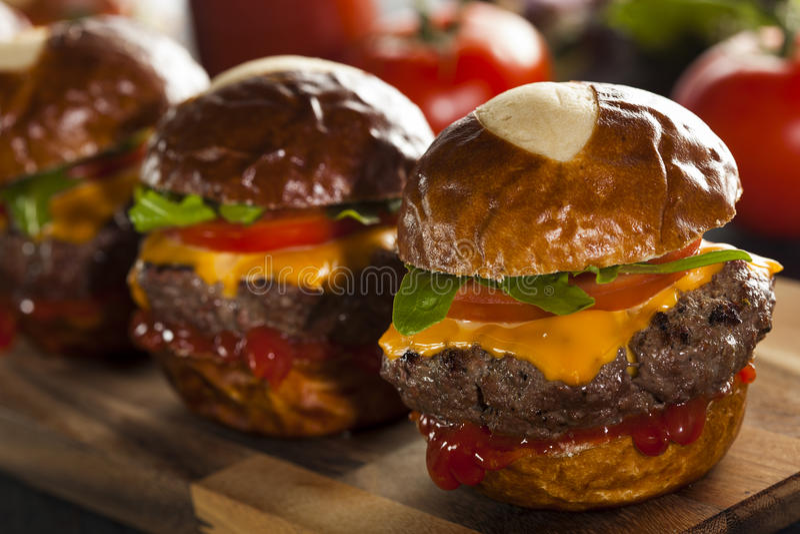 Selbst gemachte Cheeseburger-Schieber mit Kopfsalat stockfotos