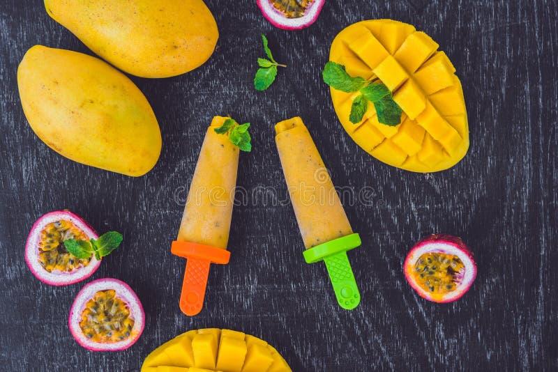 Selbst gemachte Eiscreme von der Mango und vom Maracuja popsicle stockfoto