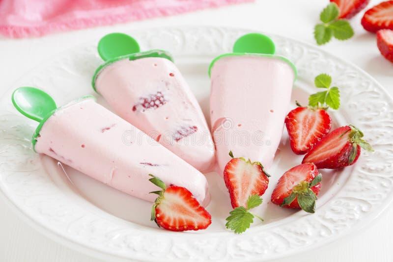 Selbst gemachte Erdbeere-Eiscreme stockfotos