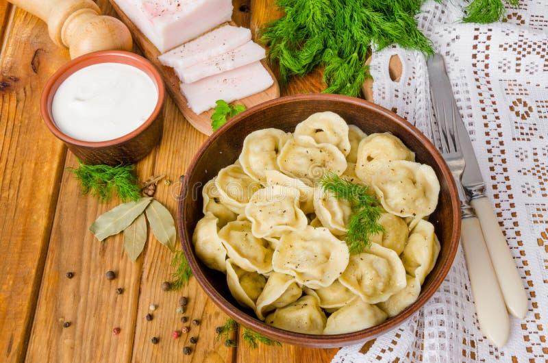 Selbst gemachte Fleisch-Mehlklöße - russisches pelmeni lizenzfreie stockfotografie
