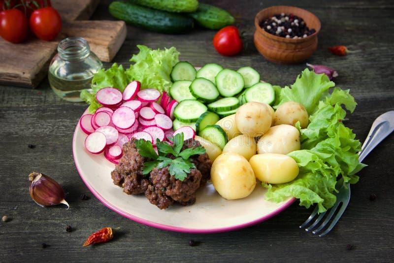 Selbst gemachte Fleischklöschen werden mit Gemüse gedient lizenzfreie stockbilder