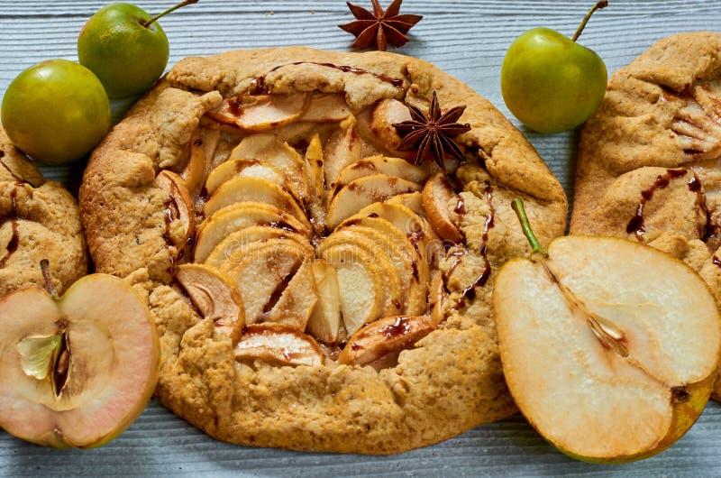 Selbst gemachte Früchte scharf mit Schokoladenbelag auf dem konkreten Hintergrund Vegetarischer gesunder Herbstnachtisch - galett stockfotos