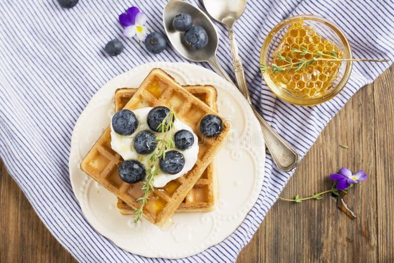 Selbst gemachte frische knusperige Waffeln zum Frühstück mit Blaubeeren lizenzfreie stockfotografie