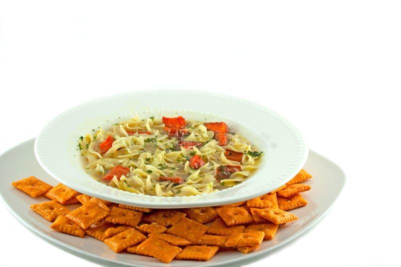 Selbst gemachte Gemüsenudelsuppe mit Käse-Crackern stockfoto