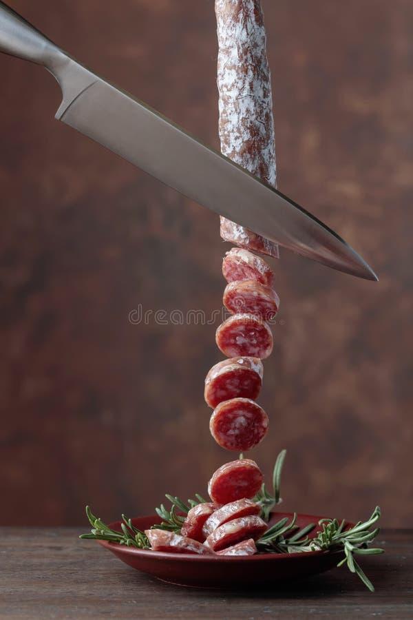 Selbst gemachte geräucherte Salami mit Rosmarin stockfotografie