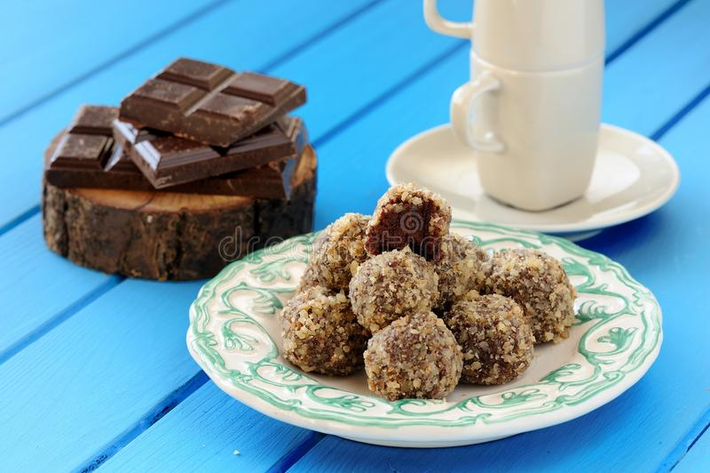 Selbst gemachte geschmackvolle Schokoladentrüffeln, Schokoriegel und Kaffeetasse lizenzfreies stockfoto