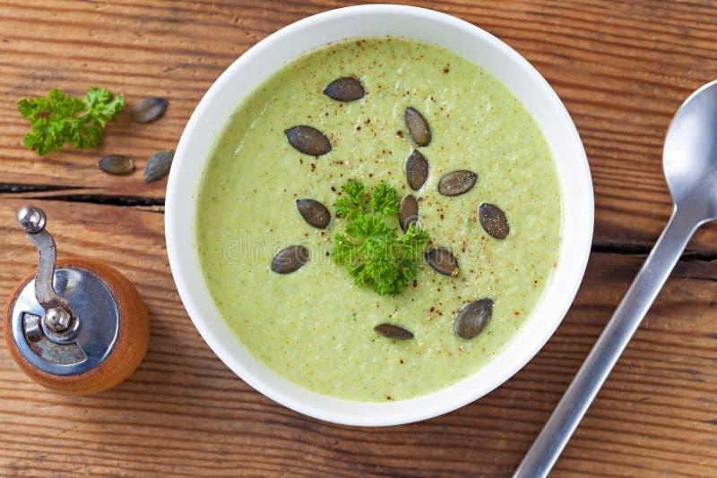 Selbst gemachte grüne Brokkolicremesuppe diente in der weißen Schüssel lizenzfreie stockfotografie