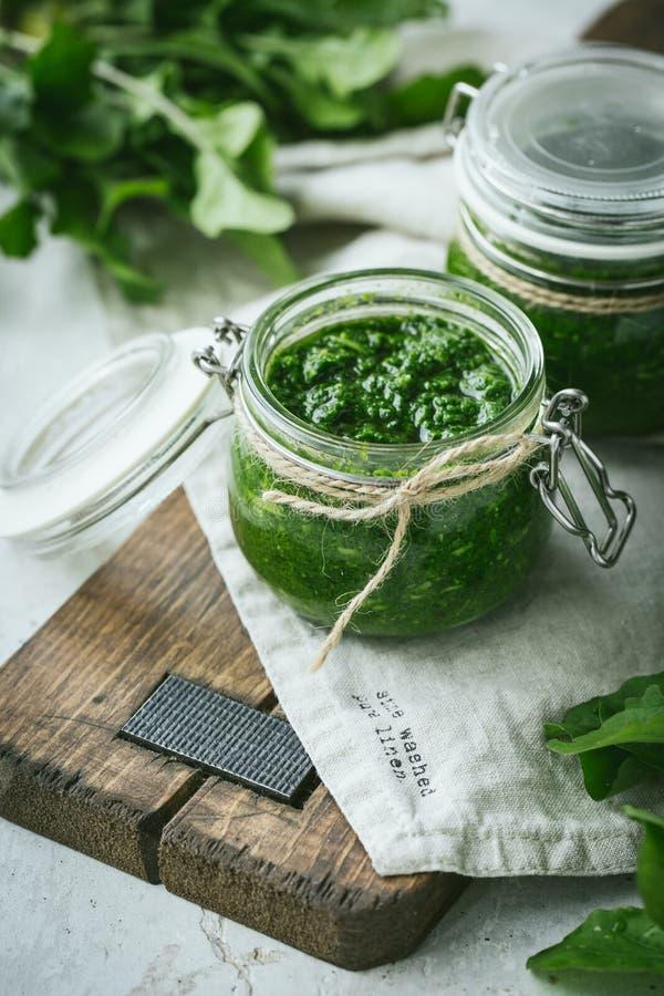 Selbst gemachte grüne Pestosoße mit ruccola lizenzfreies stockfoto