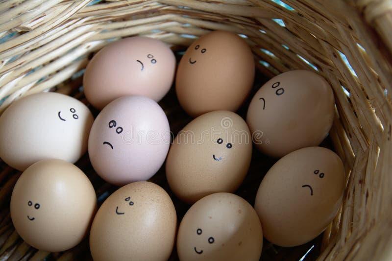 Selbst gemachte Hand gezeichnet - Gruppe emotionale Eier Sie sind in einem Korb lizenzfreie stockbilder