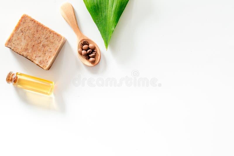 Selbst gemachte Hautpflege Kaffeeseife auf weißem copyspace Draufsicht des Hintergrundes lizenzfreie stockbilder