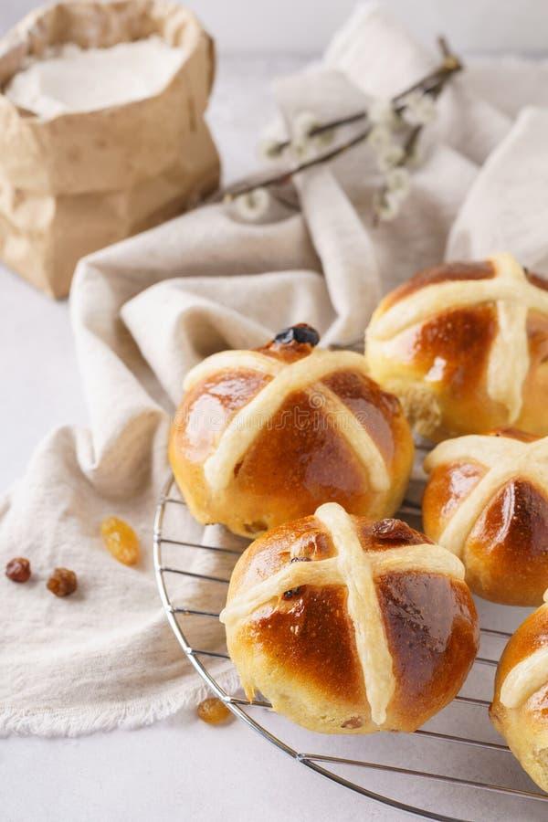 Selbst gemachte heiße Querbrötchen zum Frühstück süßes Ostern behandelt stockfotografie