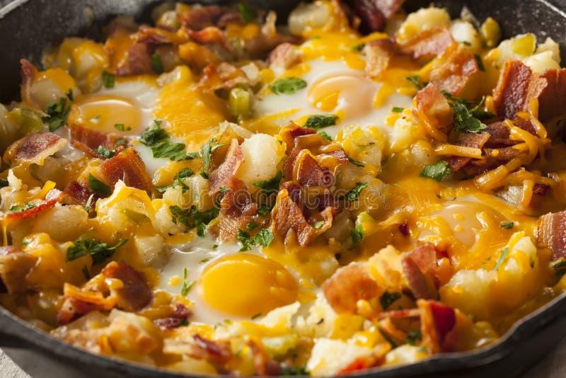 Selbst gemachte herzliche Frühstücks-Bratpfanne lizenzfreie stockfotos
