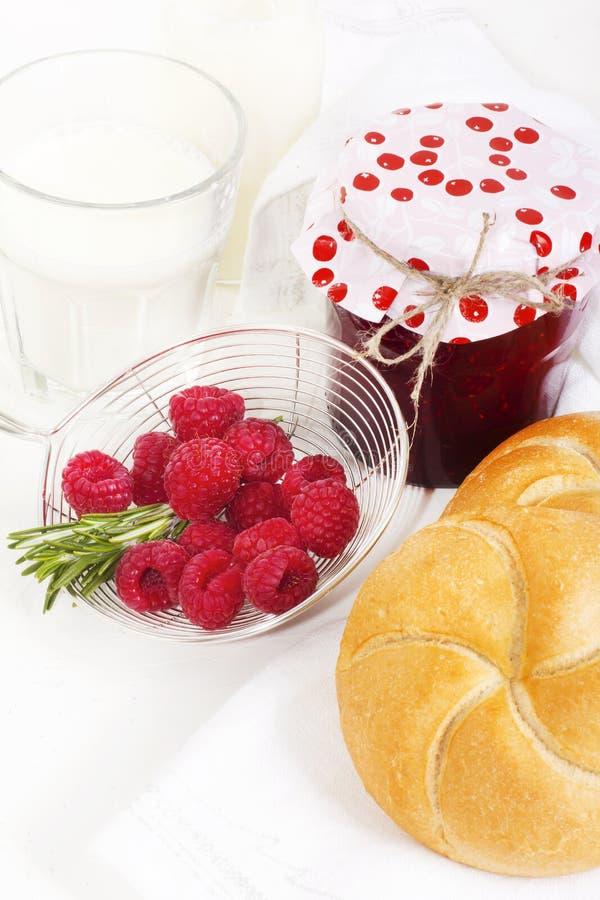 Selbst gemachte Himbeermarmelade mit Milch und frisches an gezüchtet zum Frühstück stockfoto