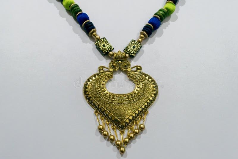Selbst gemachte indische künstliche Designer Silk Thread Head-Kette oder Maang Tikka oder klassische Armbandsammlung Multi farbig lizenzfreies stockfoto