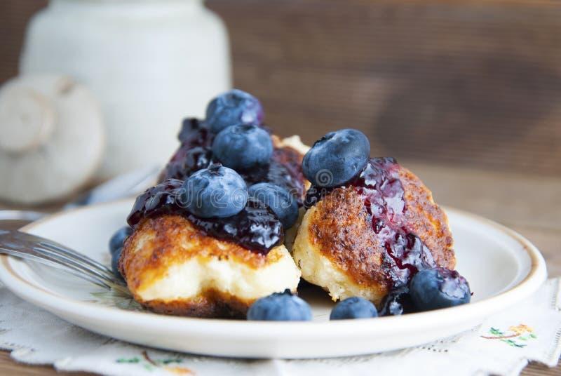 Selbst gemachte Käseschaumgummiringe mit Beerenstau und -blaubeere Gesundes Frühstück oder Snack, Ronde, rustikaler hölzerner Hin stockfotos