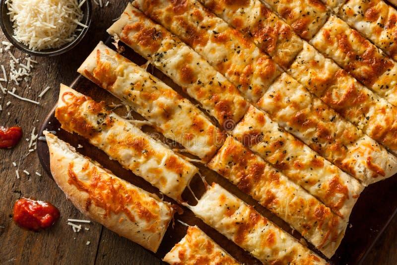 Selbst gemachte käsige Breadsticks mit Marinara lizenzfreie stockfotos