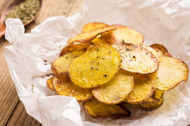 Selbst gemachte Kartoffelchips mit Gewürzen stockfoto
