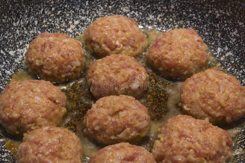 Selbst gemachte kochende Koteletts in einer grauen Granitbratpfanne stockbilder