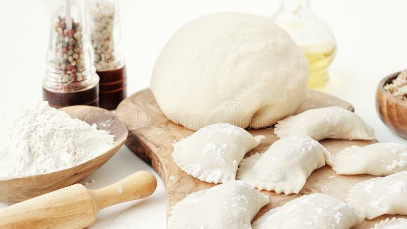 Selbst gemachte kochende Mehlklöße mit Fleisch Nahaufnahme Selektiver Fokus stockbild