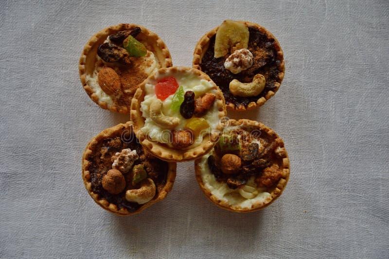 Selbst gemachte Kuchen, gebackene Oberteile, Weißkäse, Nüsse und Süßigkeits-Frucht lizenzfreie stockfotografie