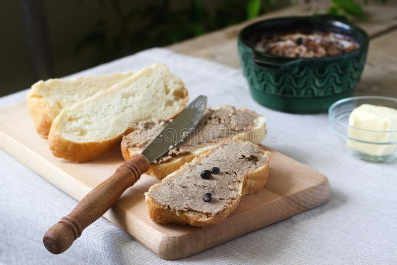 Selbst gemachte Leberpastete mit Brot und Butter Rustikale Art stockbild