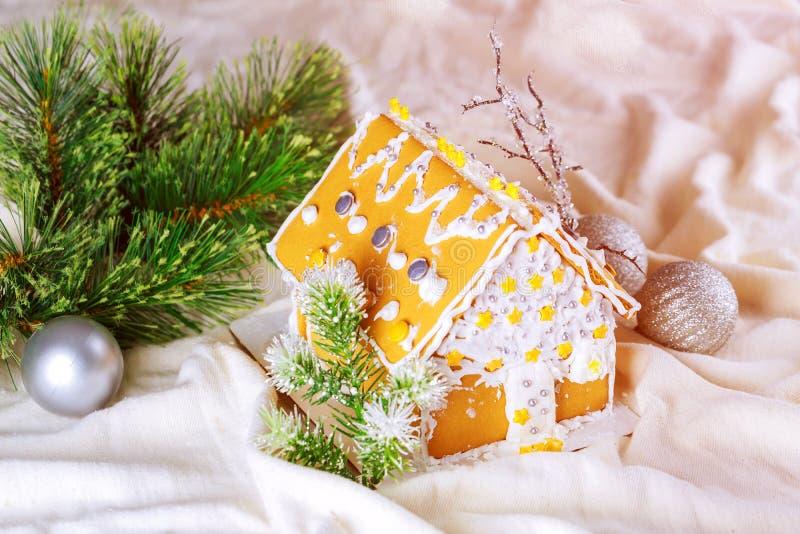 Selbst gemachte Lebkuchenhaus-Szene warmer bokeh Hintergrund lizenzfreie stockbilder