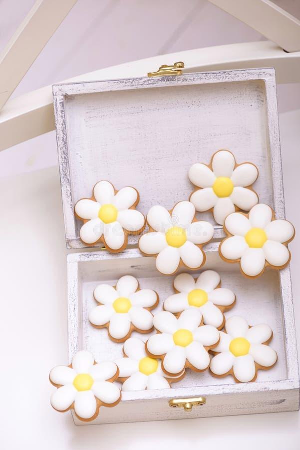 Selbst gemachte Lebkuchenplätzchen in Form der Kamille stockbild