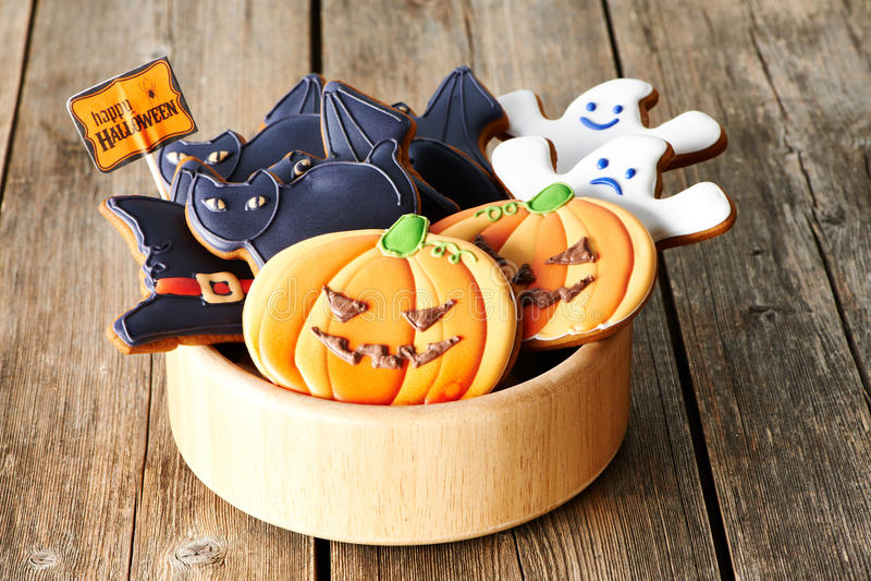 Selbst gemachte Lebkuchenplätzchen Halloweens stockbild