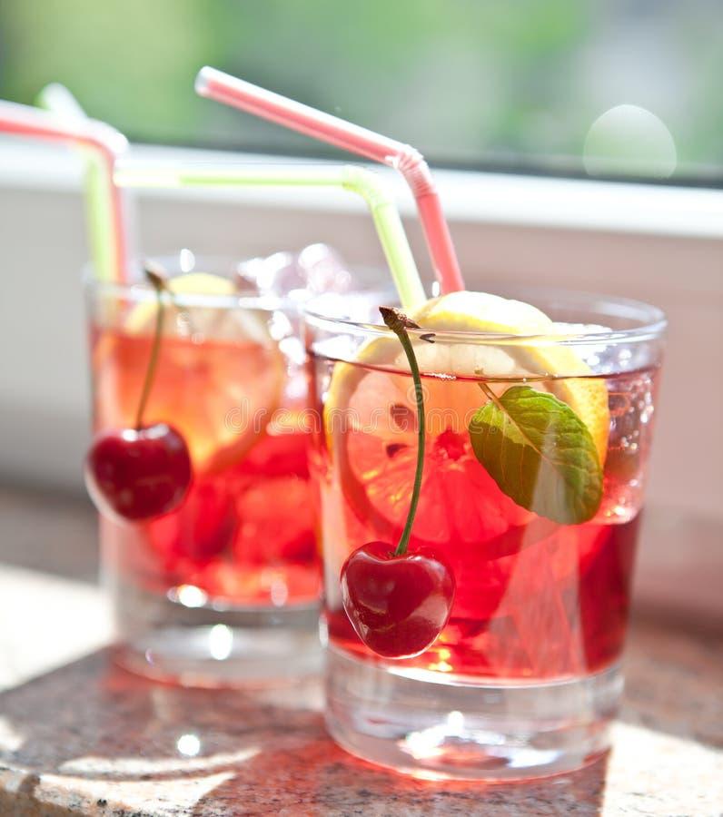Selbst gemachte Limonade mit frischen Früchten lizenzfreies stockfoto