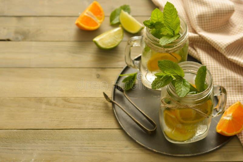 Selbst gemachte Limonade mit Kalk, Minze in einem Weckglas auf einer h?lzernen rustikalen Tabelle Sommergetr?nke Kopieren Sie Pla lizenzfreie stockfotos