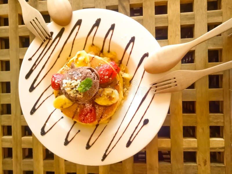 Selbst gemachte Nachtisch-Pfannkuchen mit Früchten und Eiscreme stockfotografie