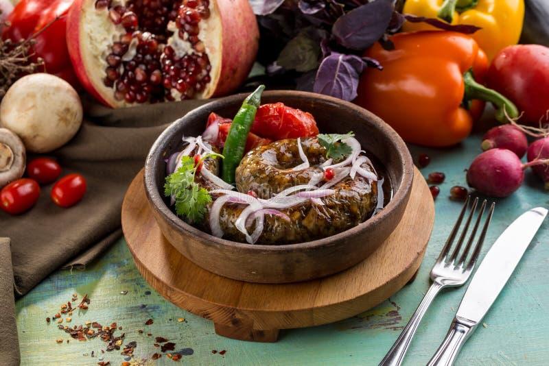 Selbst gemachte natürliche Wurst mit Gewürzen und Kräuter und gebackenes Gemüse in der Bratpfanne lizenzfreie stockfotografie