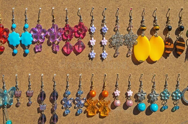 Selbst gemachte Ohrringe für Frauen lizenzfreie stockfotos