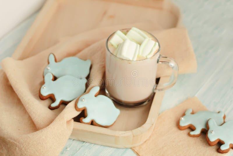 Selbst gemachte Ostern-Plätzchen auf einem Behälter stockbilder