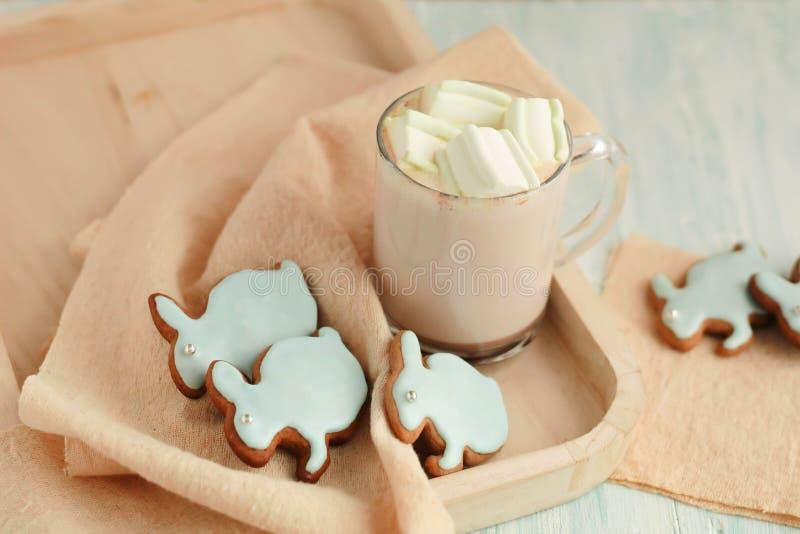 Selbst gemachte Ostern-Plätzchen auf einem Behälter lizenzfreies stockfoto