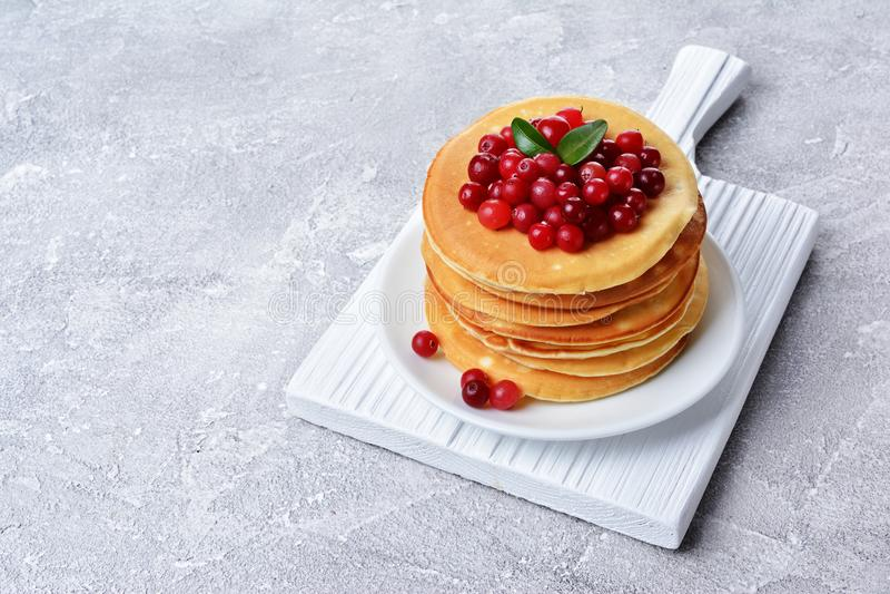 Selbst gemachte Pfannkuchen des geschmackvollen Frühstücks mit frischer Moosbeere stockfotografie