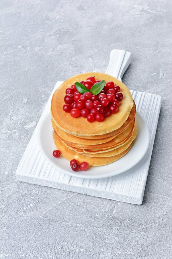Selbst gemachte Pfannkuchen des geschmackvollen Frühstücks mit frischer Moosbeere stockbilder