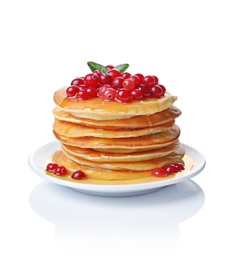 Selbst gemachte Pfannkuchen des geschmackvollen Frühstücks mit frischer Moosbeere, Honig oder Ahornsirup stockfoto