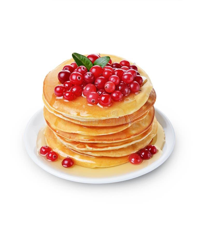 Selbst gemachte Pfannkuchen des geschmackvollen Frühstücks mit frischer Moosbeere, Honig oder Ahornsirup lizenzfreie stockfotografie