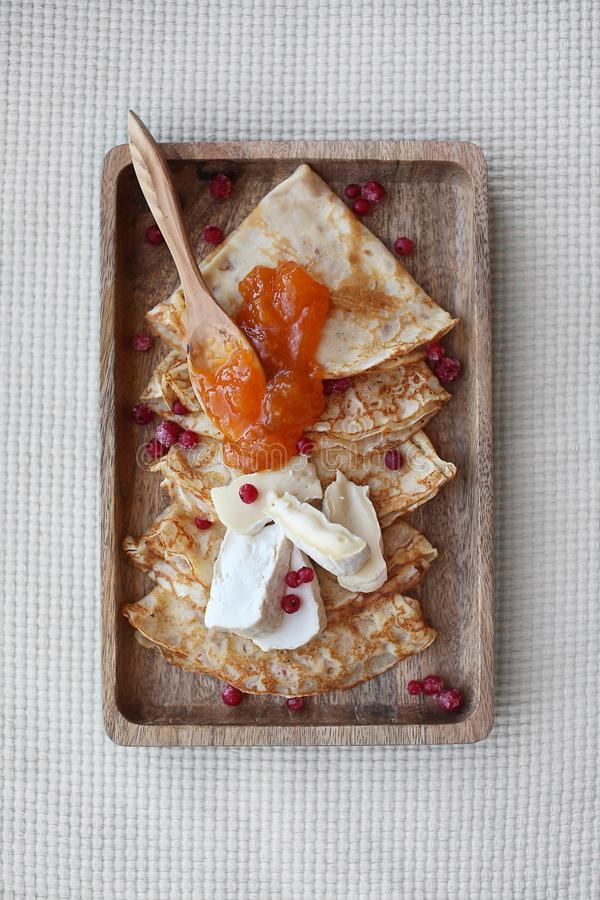 Selbst gemachte Pfannkuchen mit Aprikosenstau und -briekäse Beschneidungspfad eingeschlossen lizenzfreie stockbilder