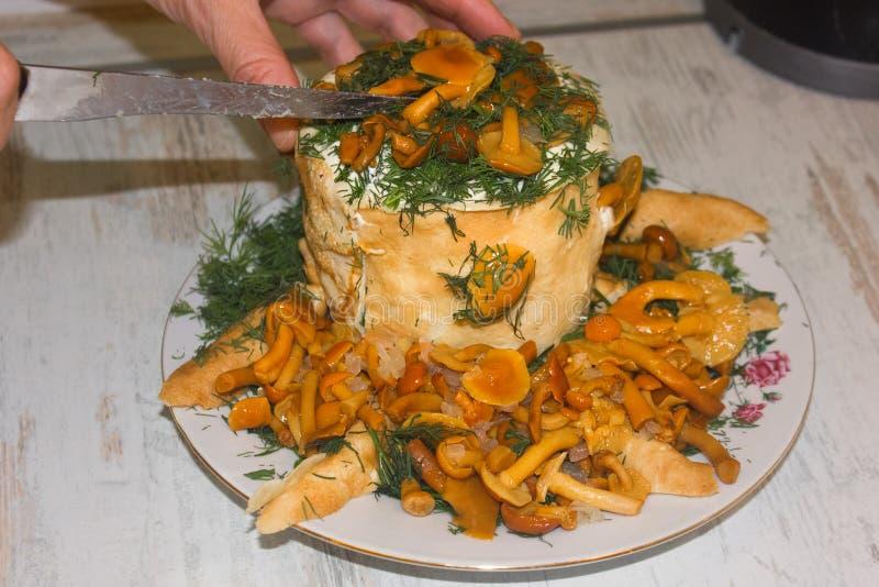 Selbst gemachte Pfannkuchentorte verziert mit marinierten Pilzen stockfotos