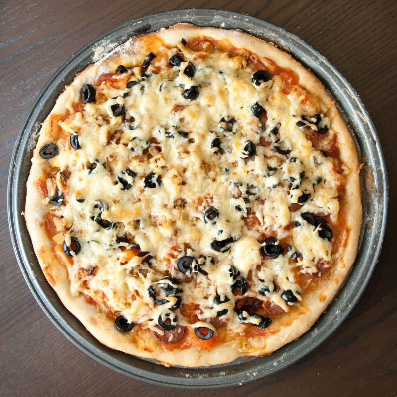 Download Selbst gemachte Pizza stockfoto. Bild von mahlzeit, tomate - 26372364