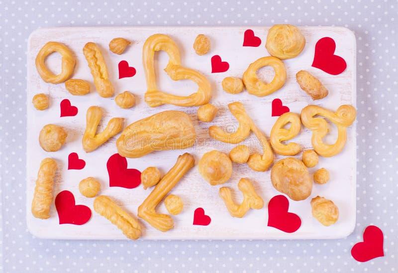 Selbst gemachte Plätzchen auf einem Holztisch für Valentinstag stockfotografie