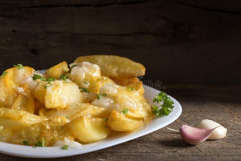 Selbst gemachte Pommesfrites mit Knoblauchsoße stockfotos