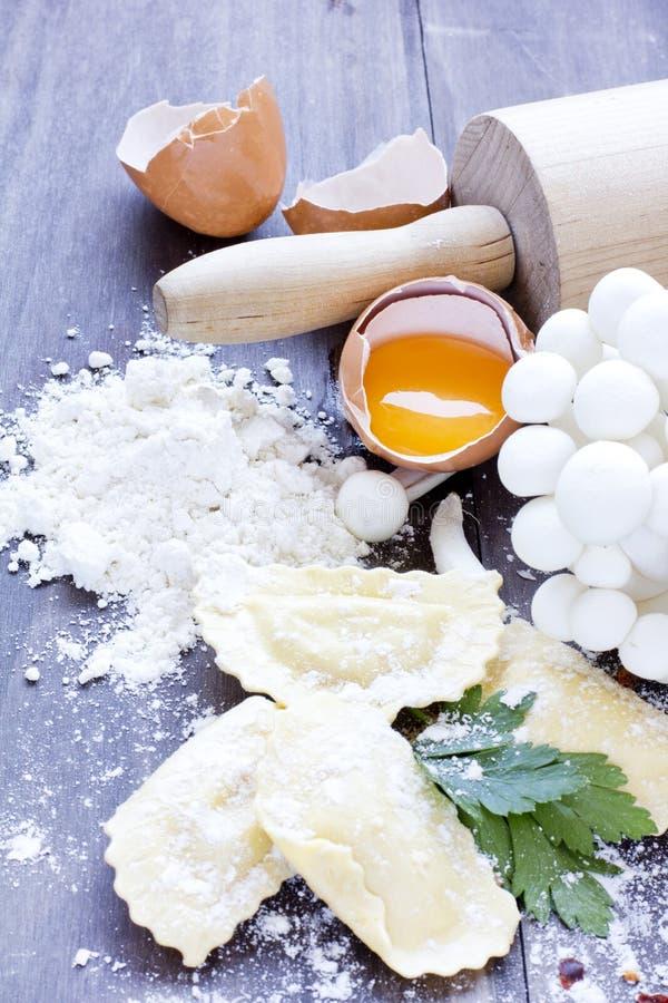 Selbst gemachte Ravioli mit Pilze shimeji und frischen Kräutern stockfoto