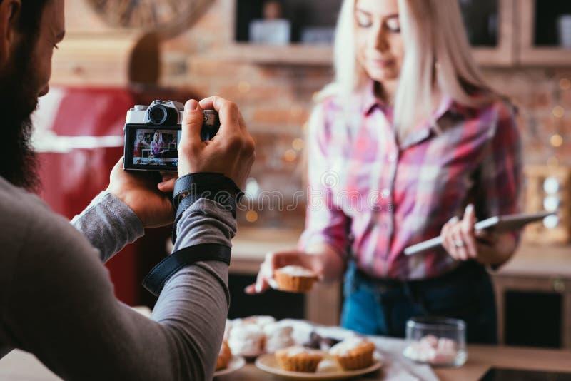 Selbst gemachte süße Bäckereinahrungsmittelphotographie-Mannfrau lizenzfreies stockfoto