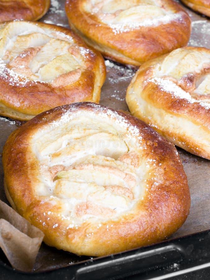 Selbst gemachte süße Brötchen mit Äpfeln lizenzfreies stockbild