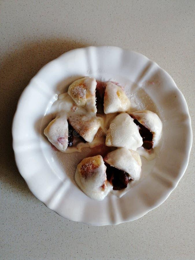 Selbst gemachte süße Pflaumenmehlklöße mit Sahne und Zucker 2 lizenzfreies stockbild